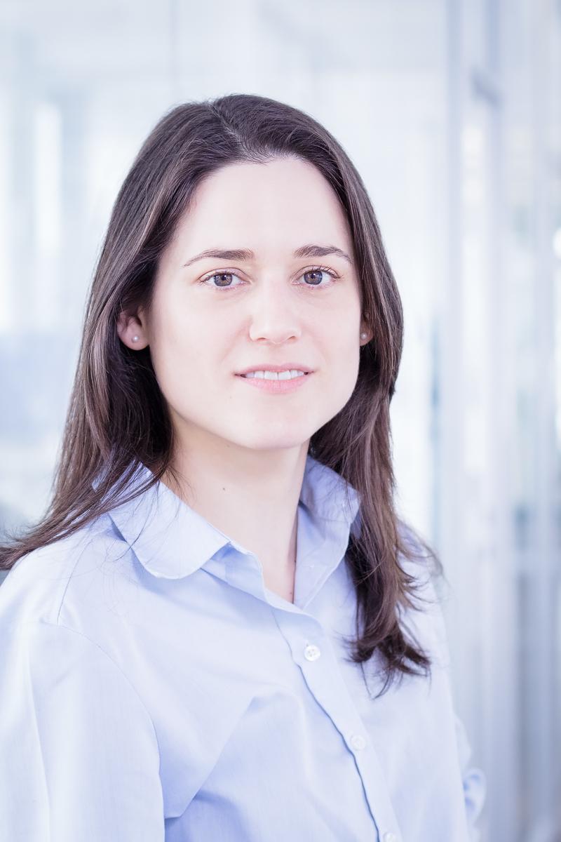 Porträt einer Mitarbeiterin in einer Firma