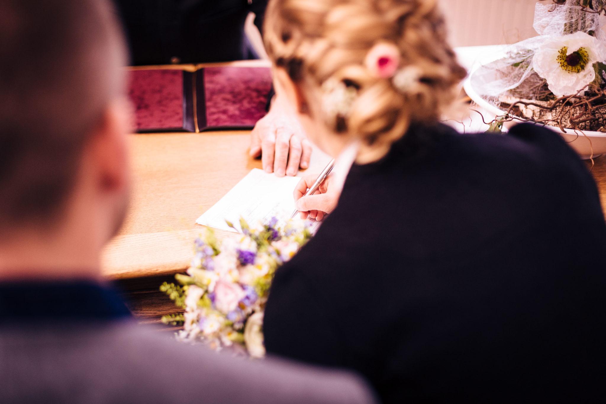 Unterschrift im Standesamt - Ihr Hochzeitsfotograf im Raum Rosenheim